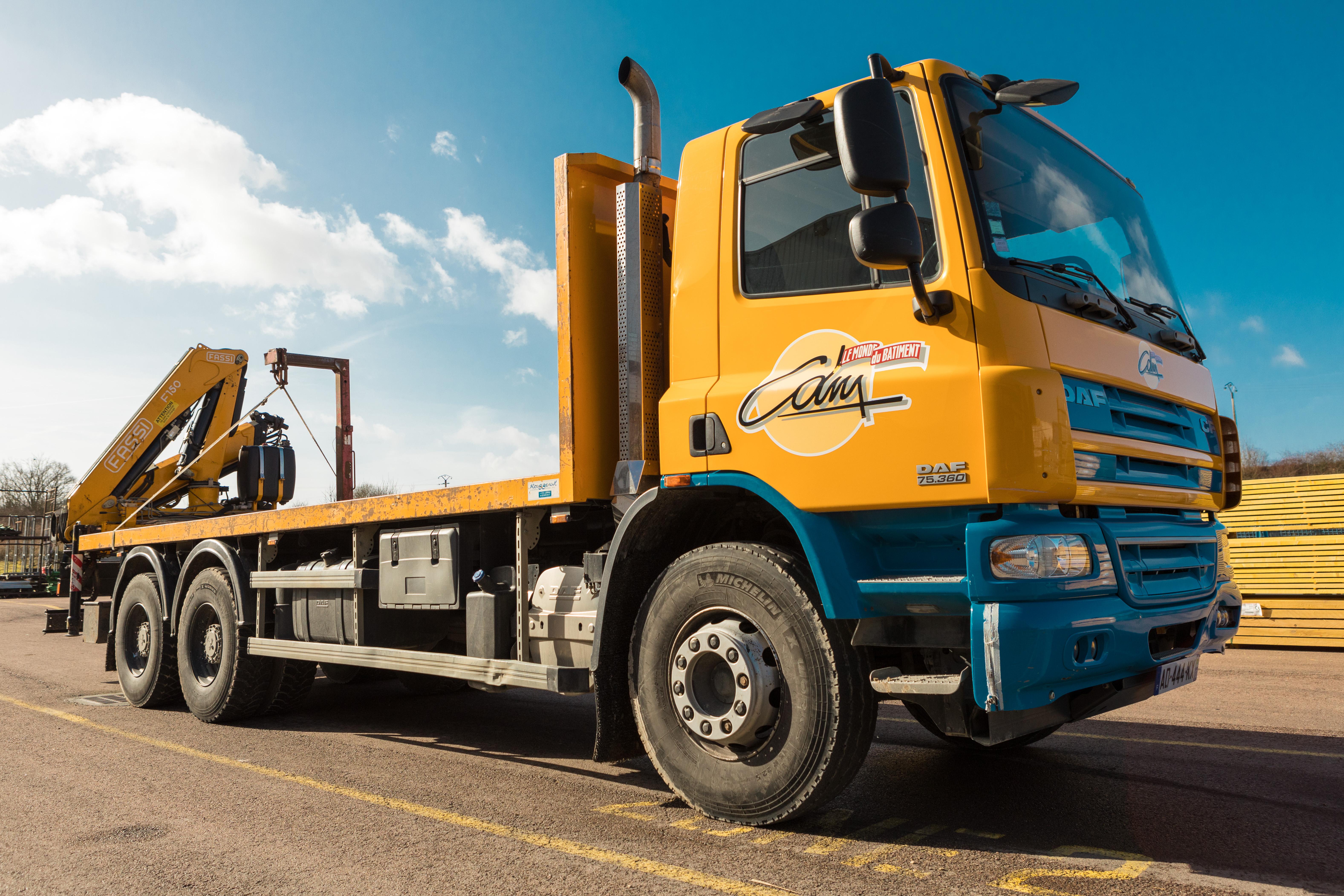 Camion Plateau 26 T avec grue auxiliaire